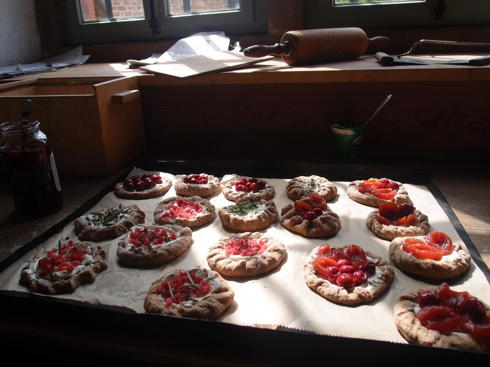 Handmade by Expedition Hessen: Torteletties mit Schmand, Kräutern, Speck, Kirschen und Pflaumen. Ja, die sind so lecker wie sie aussehen :)