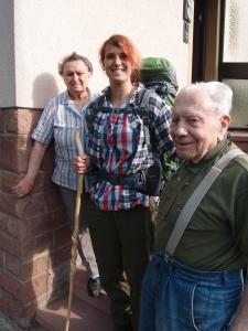 Meine frisch 90 gewordene Oma, mein Opa und ich kurz vor Wanderbeginn in Hasloch.