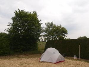 Mein Platz :-) Rechts des Grundstücks und der Hecke das Haus der Raupschers.
