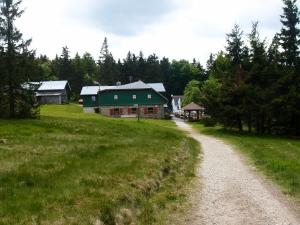 Die Wege hinab zum Seehaus, einem Wanderheim des Fichtelgebirges, sind genauso schön. Es gibt Fichtenwasser zum frühen Mittag nach 9 Kilometern.