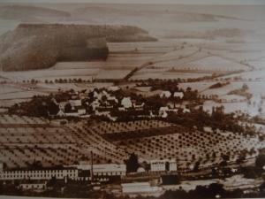 Blick auf Tschirnitz: Im Vordergund Eger und SKF-Fabrik, am hinteren Feldrand der Hof meiner Oma.