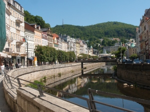 Karlovy Vary (Karlsbad): Prunkvoller Kurort mit Fluss zwischen Wald und Hügeln