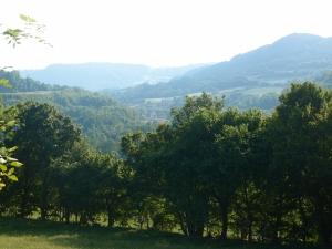 Der Fluss fließt in Schleifen durch das Tal. Hinter dem letzten verblassten Berg, da sind wir irgendwann mal heute irgendwo losgelaufen...