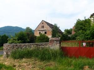 Rotes Tor mit Betreten Verboten-Schild