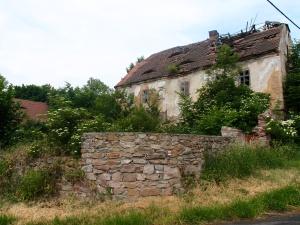 Das Wohnhaus mit eingestürtzdem Dach