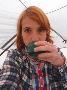 Noch dick eingepackt: Kaffee trinkem im Zelt und warten, bis der schlimmste Regen vorbei ist
