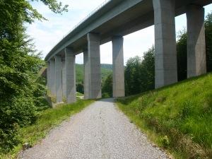 ...dem Zeitalter der Moderne: Der Wanderweg führt kurz danach unter der Autobahnbrücke hindurch