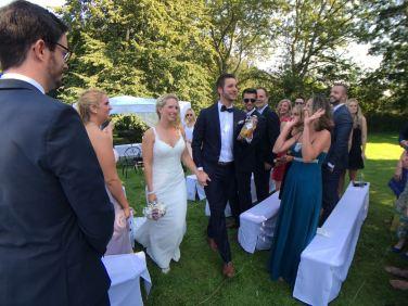 Das glückliche Brautpaar Anna und Flo nach den Ehegelübten: Auf zur Feier!