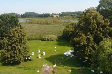Blick auf Garten und See vor dem Herrenhaus: Alles für die Freie Trauung vorbereitet.